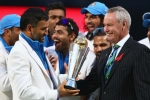 dhoni-recieving-trophy