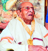 Pran after he was honoured with the prestigious Dadasaheb Phalke award at his residence in Mumbai on May 10. — AFP